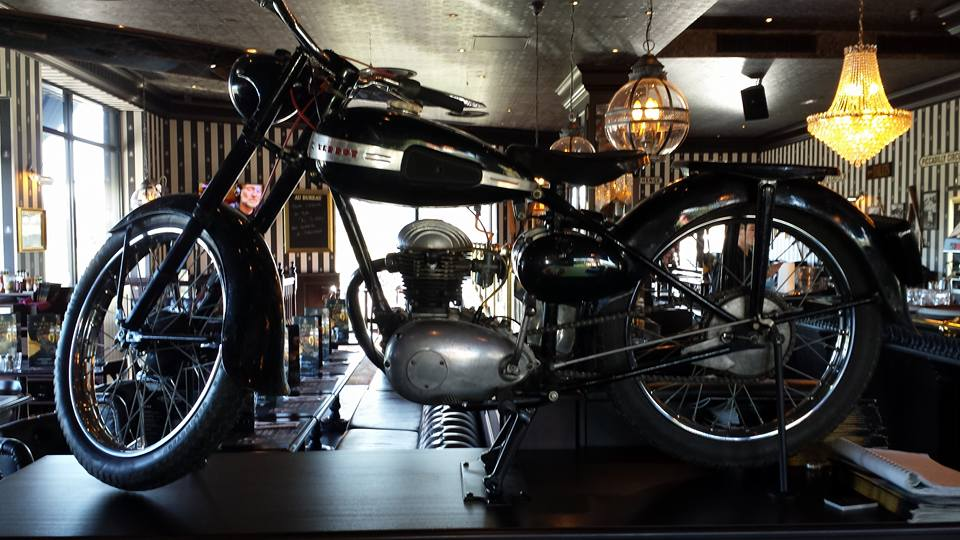 Certainement pas le confort d'une 1200RT mais très classe au milieu du restaurant (Photo : Arnauld)