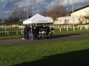 Pas de pluie, mais un abri bienvenu pour les vérifications sur les motos - Photo : Damien